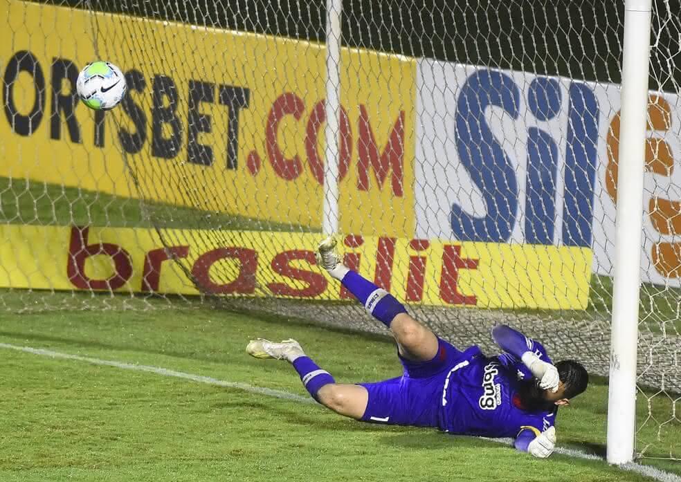 Fernando Miguel em jogo contra o Fortaleza