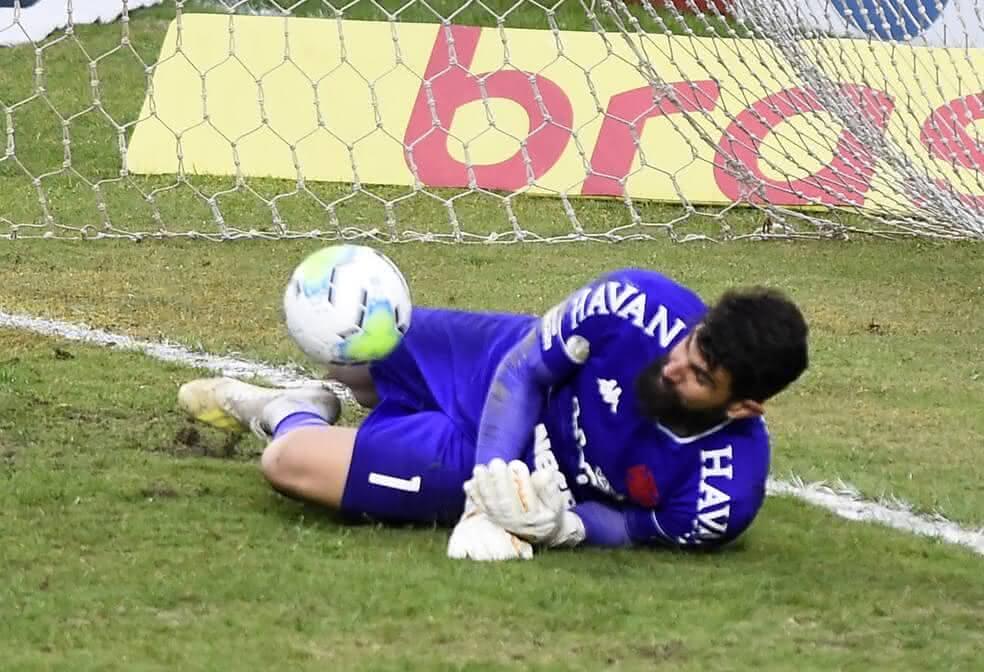 Fernando Miguel defende pênalti de Luiz Adriano