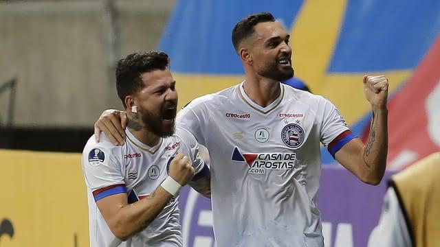 Gilberto e Rossi comemoram gol do Bahia contra o Santa Fé-ARG
