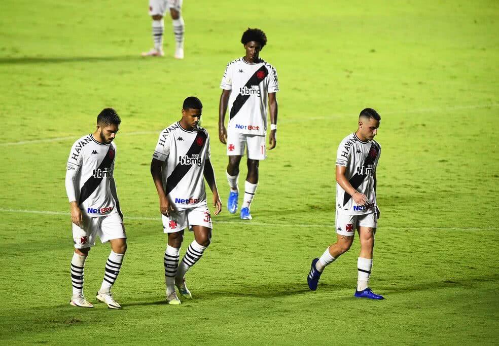 Jogadores do Vasco deixando o gramado cabisbaixos após jogo no Brasileiro 2020