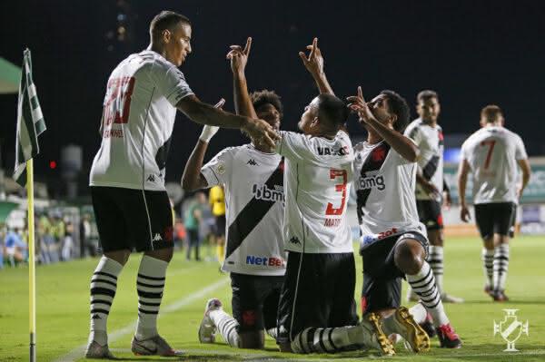 Léo Matos comemorando gol contra o Goiás