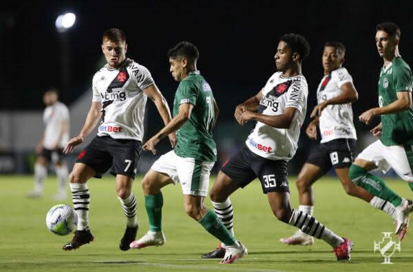 Leonardo Gil e Miranda em jogo contra o Goiás