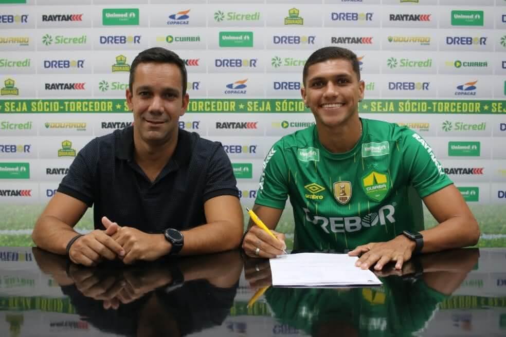 Alexandre Melo assinando contrato com o Cuiabá