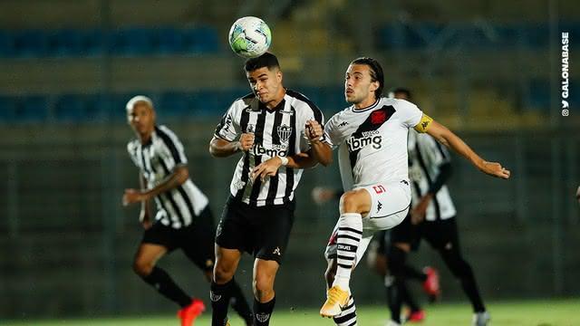 Caio Lopes disputando bola com jogador do Atlético-MG