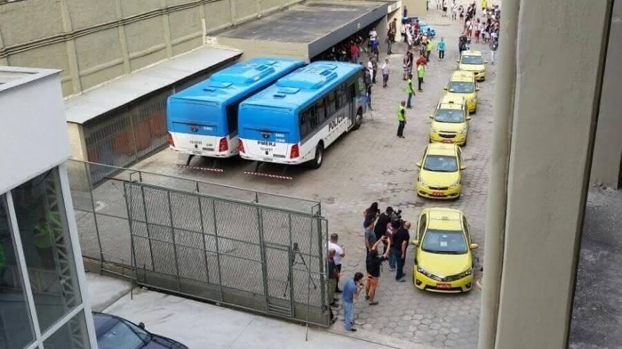 Comboio de táxis chegando a São Januário