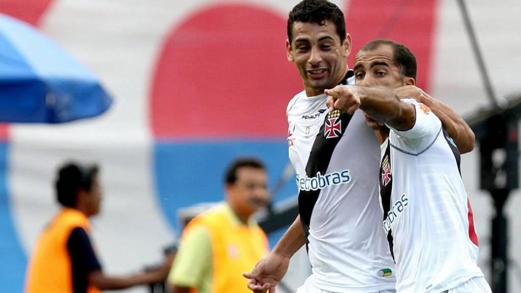Felipe e Diego Souza em ação pelo Vasco