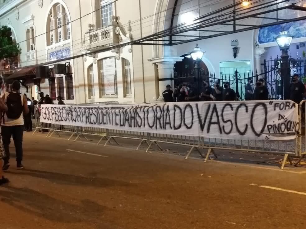 Faixa em protesto contra Campello em São Januário