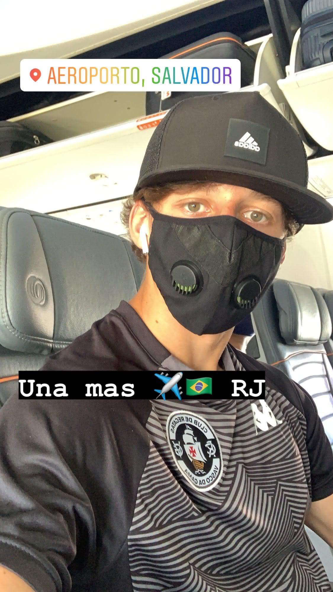 Matías Galarza no avião no retorno ao Rio de Janeiro