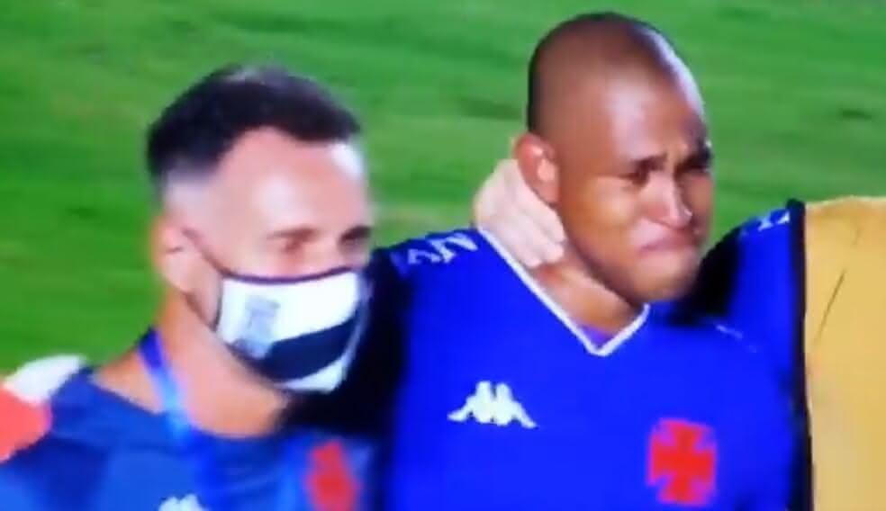 Lucão chora na saída de campo em derrota do Vasco