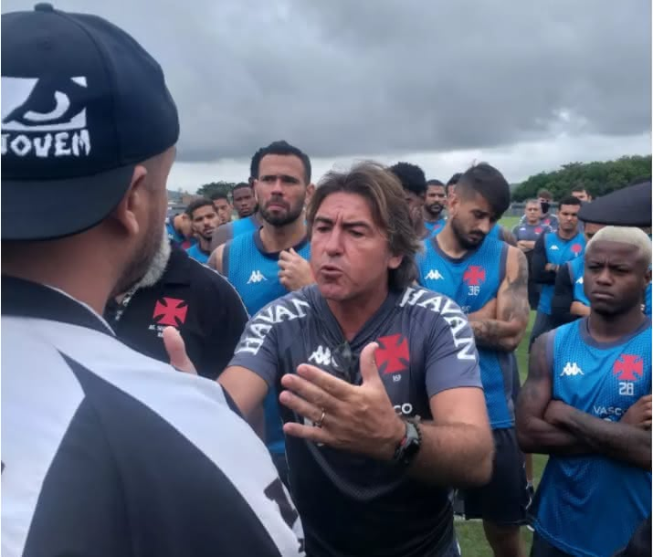 Ricardo Sá Pinto conversando com membros da Ira Jovem