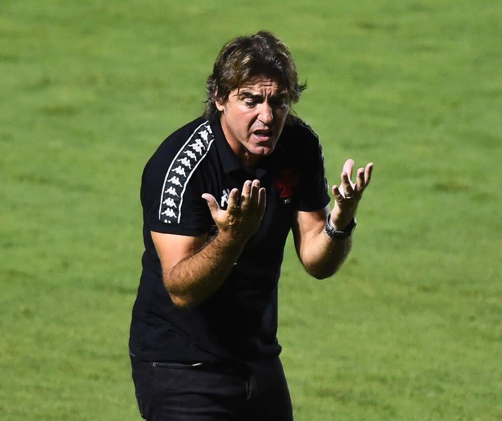 Ricardo Sá Pinto lamentando jogada contra o Fluminense
