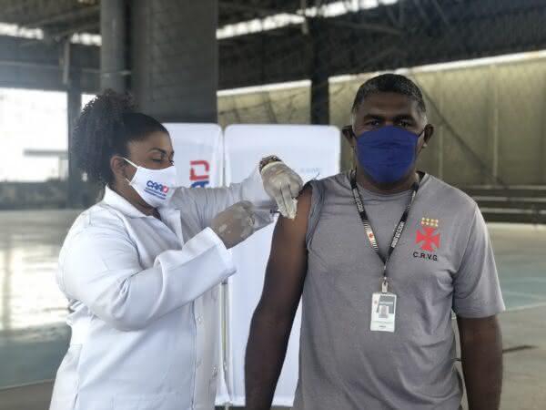Funcionário do Vasco recebendo a vacina