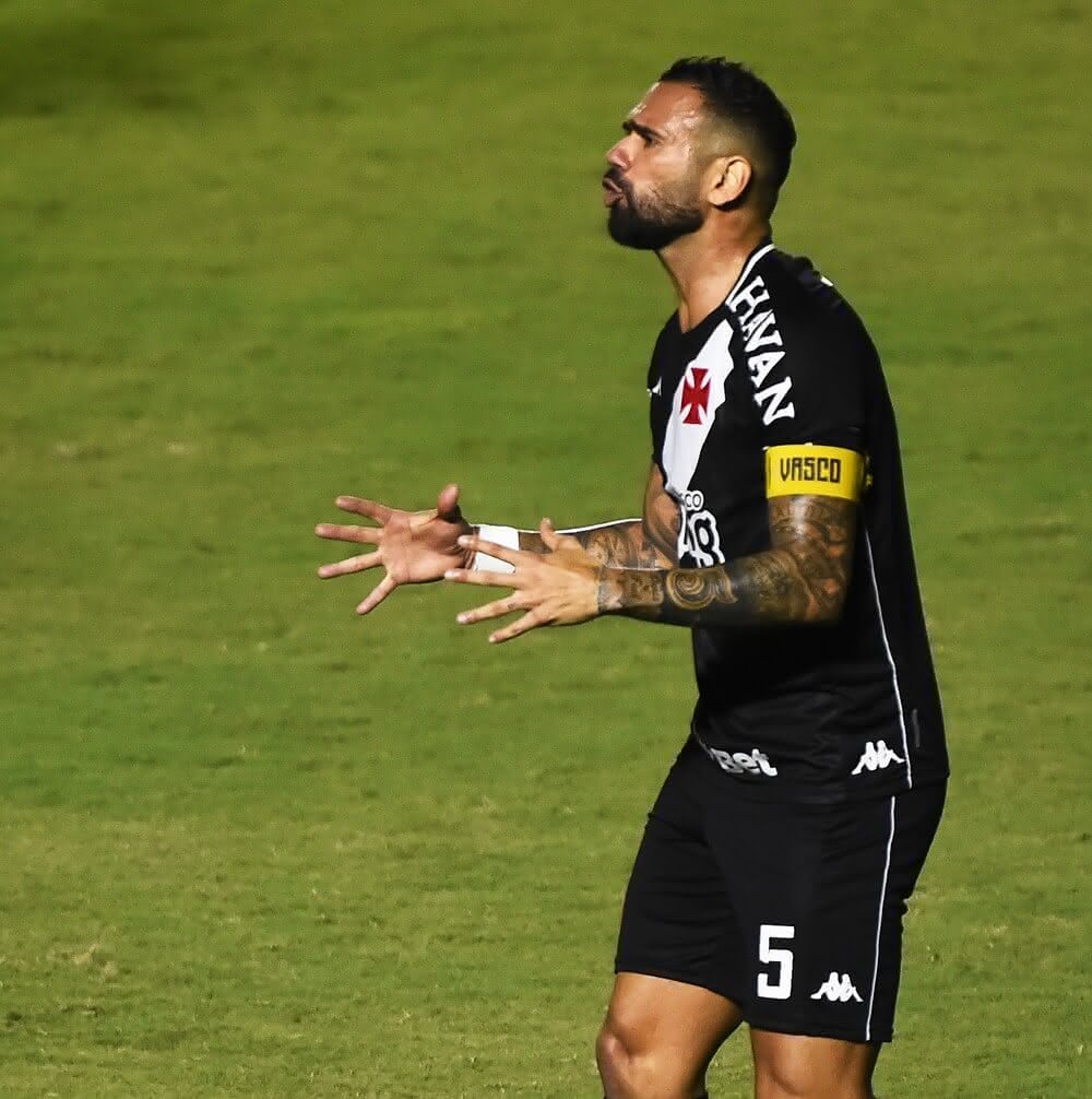eandro Castan contesta marcação de pênalti em Vasco x Atlético-MG