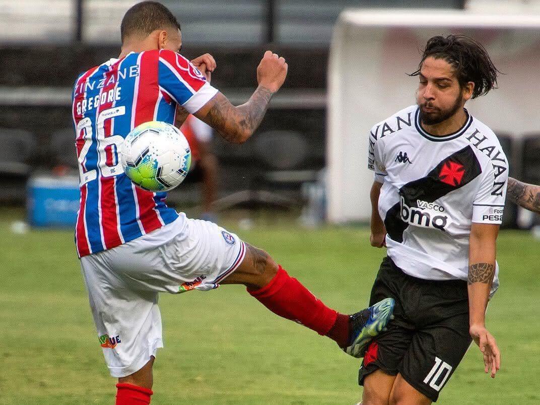 Martín Benítez sendo pisado por Gregore, do Bahia