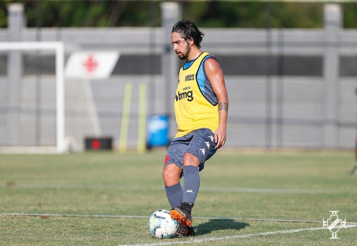 Benítez treinando com bola em sua volta ao Vasco
