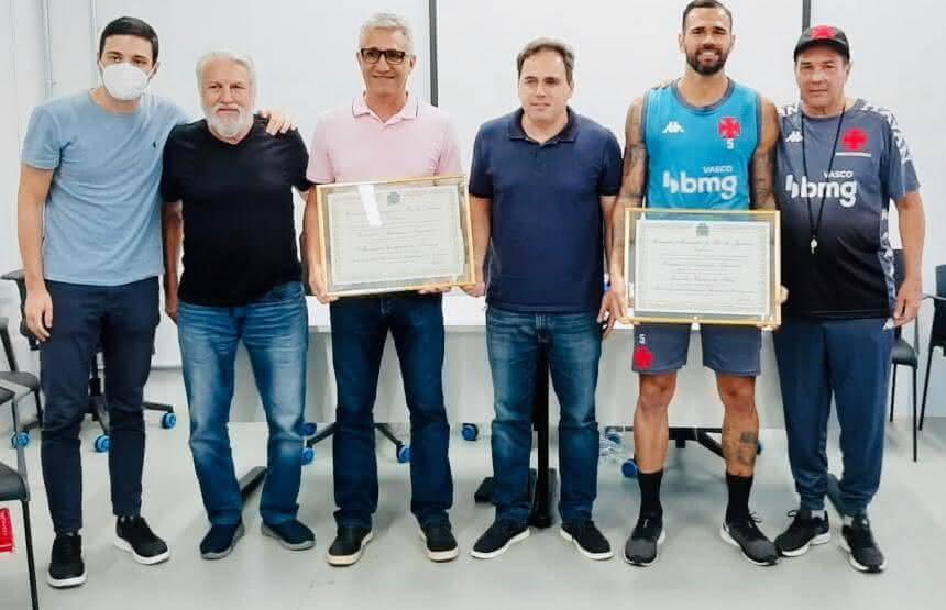 Alexandre Campello e Leandro Castan recebendo o título de Cidadão Honorário do Rio de Janeiro