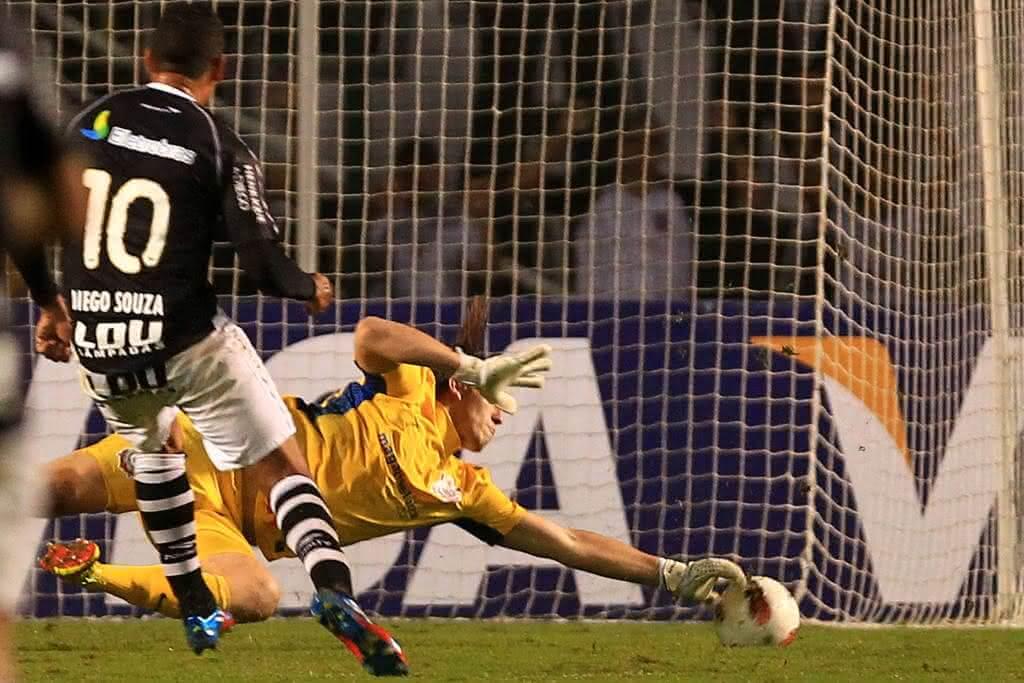 Diego Souza em lance contra o Corinthians pela Libertadores