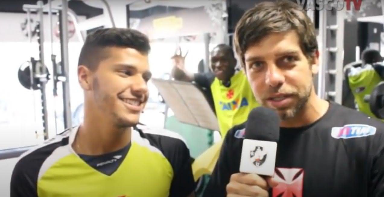 Juninho Pernambucano entrevistando Henrique em 2014