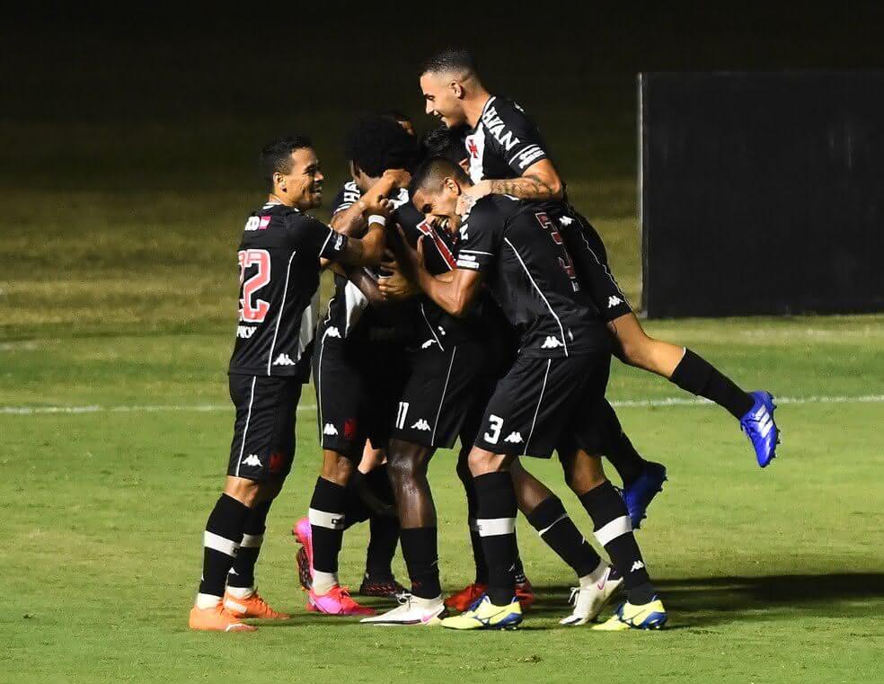 Jogadores do Vasco comemorando gol contra o Atlético-MG