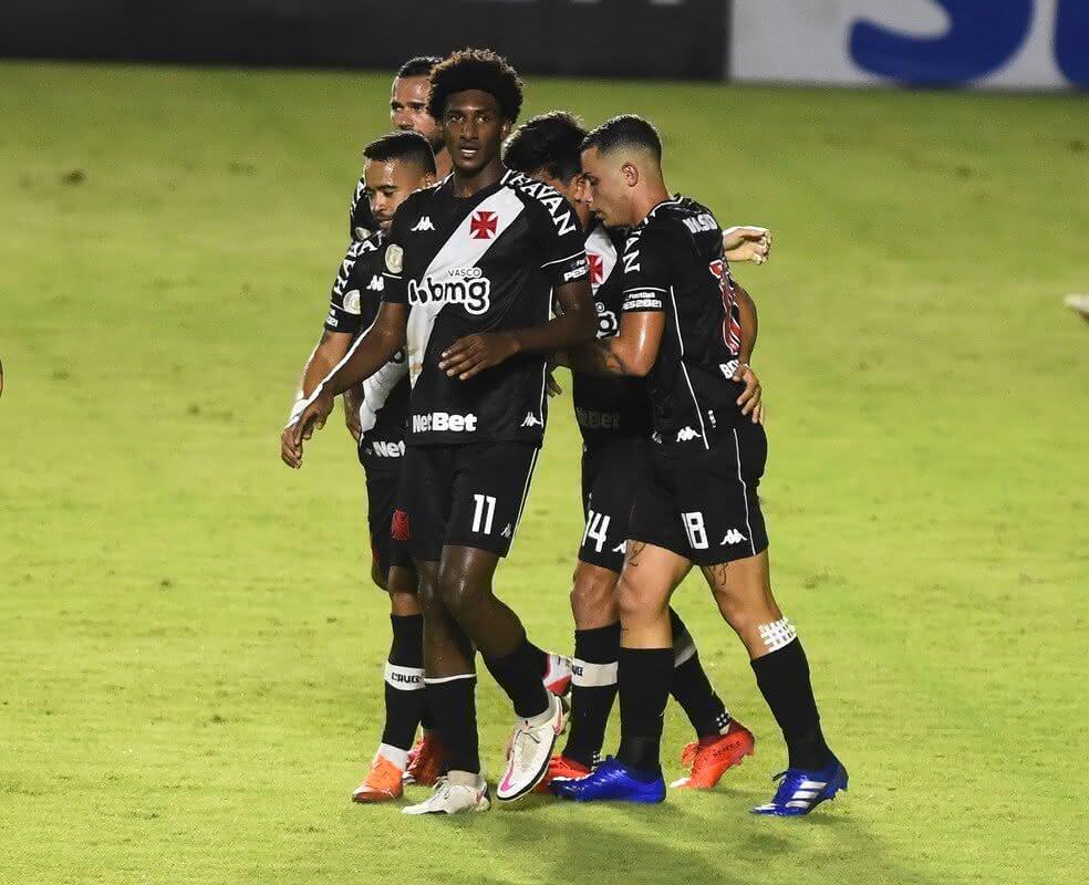 Jogadores do Vasco comemorando gol de Talles