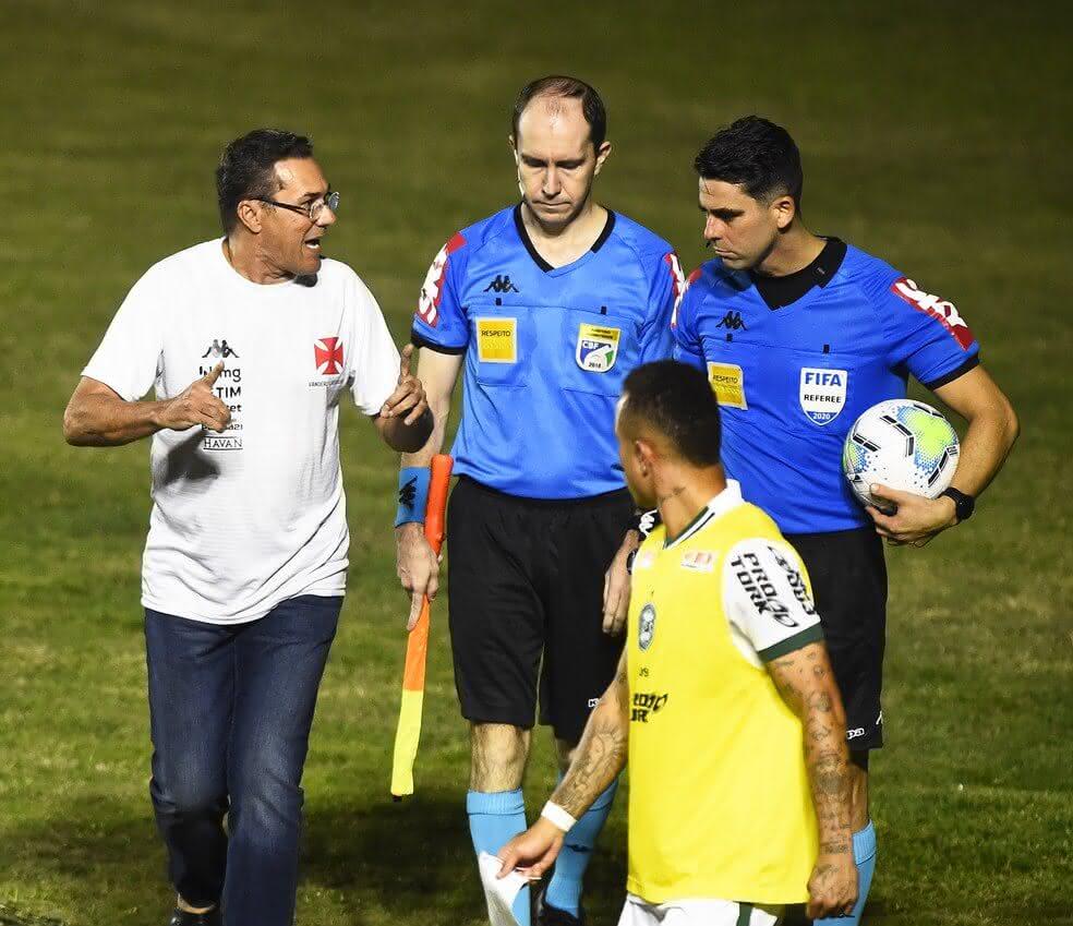 Luxemburgo conversa com o árbitro do jogo contra o Coritiba