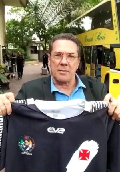 Luxemburgo com a camisa da Torcida Vasco Dublin