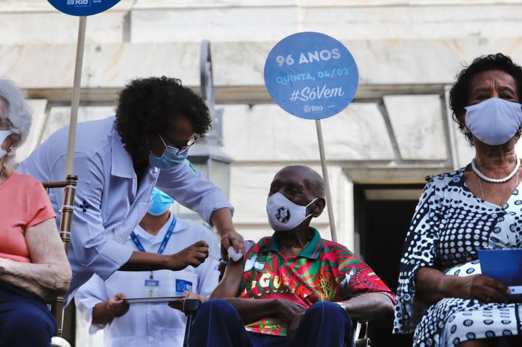 Nelson Sargento, torcedor do Vasco, recebendo vacina contra a Covid-19