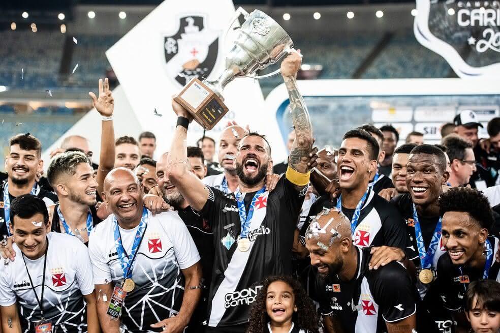 Leandro Castan levanta a Taça Guanabara de 2019 pelo Vasco