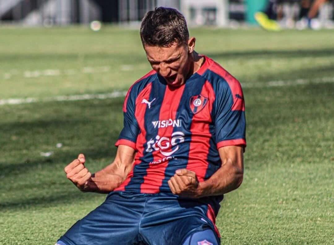 Elias Ovelar comemorando gol pelo Cerro Porteño