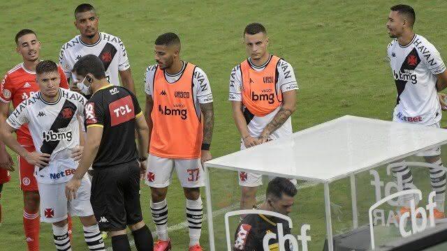 Jogadores do Vasco esperando árbitro conferir o VAR