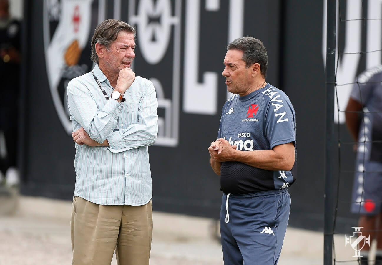 Jorge Salgado conversa com Luxemburgo durante treino do Vasco