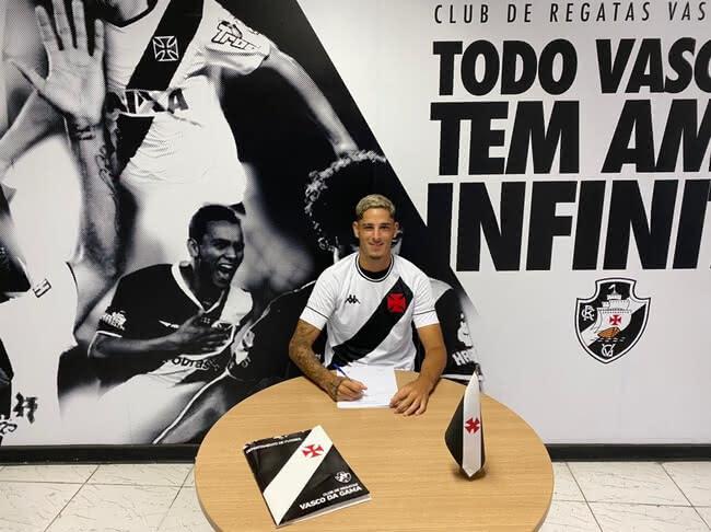 JP Galvão assinando contrato com o Vasco