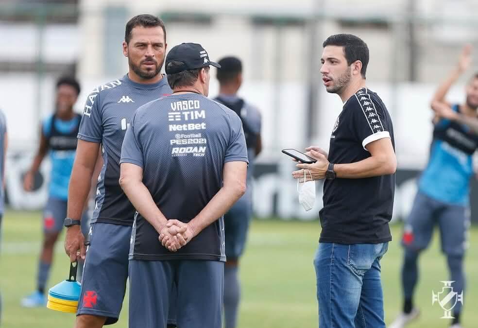 Alexandre Pássaro conversa com Luxemburgo e Copertino em treino do Vasco