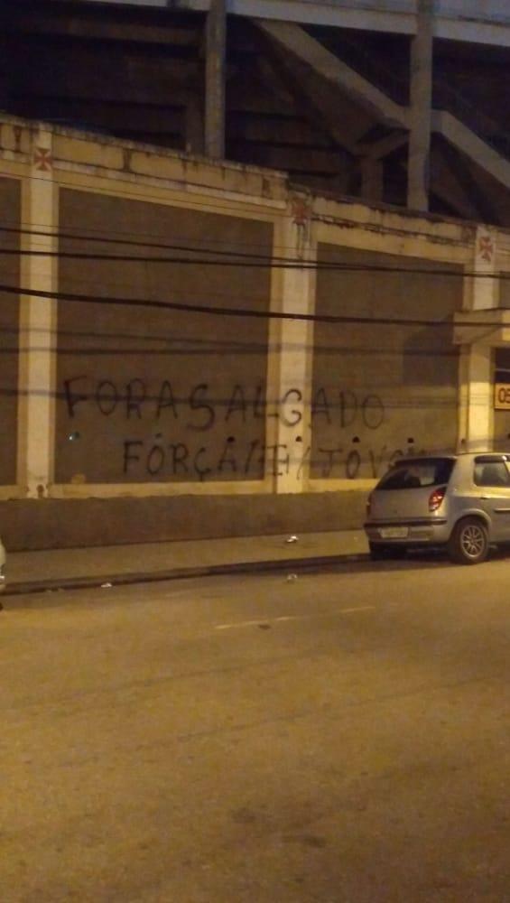 Muro de São Januário recebe pichações