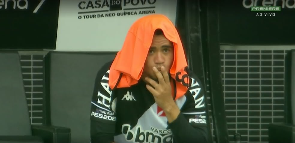 Yago Pikachu, observando jogo Corinthians x Vasco