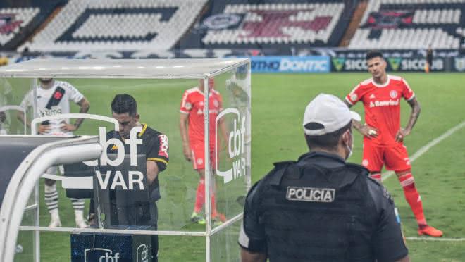 VAR sendo observado pelo árbitro de campo na partida entre Vasco x Inter