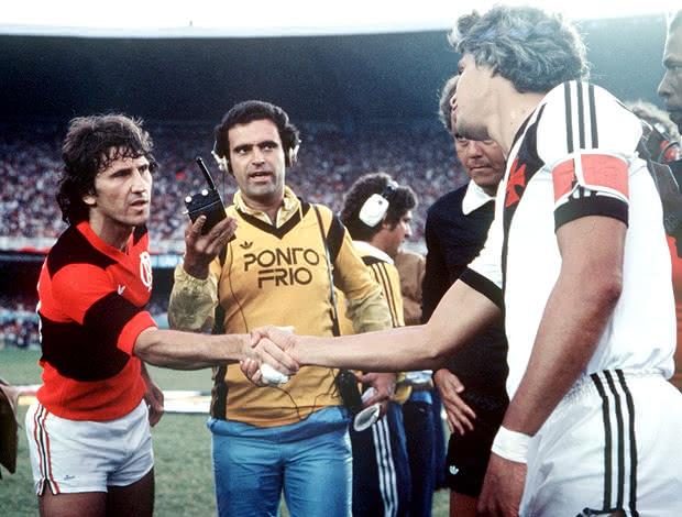 Zico e Roberto Dinamite se cumprimentando antes de Flamengo x Vasco