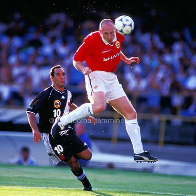 Edmundo contra o Manchester United em 2000