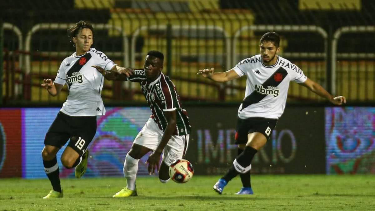 Matías Galarza e Andrey durante o jogo contra o Fluminense