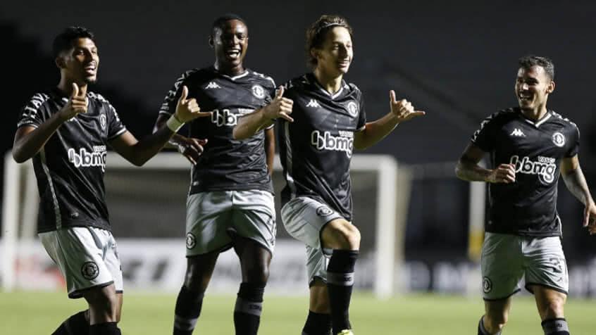 Matías Galarza comemorando gol com os companheiros