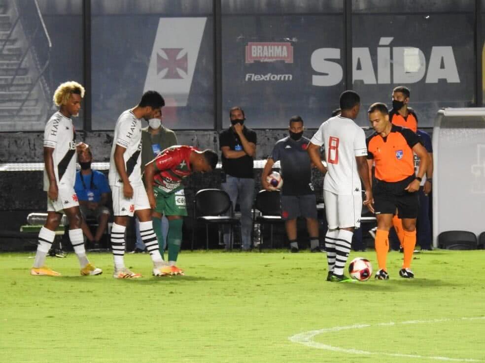 Jogadores do Vasco durante o jogo contra a Portuguesa-RJ