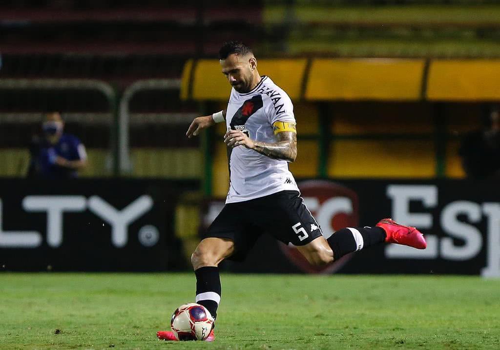 Leandro Castan em ação contra o Fluminense