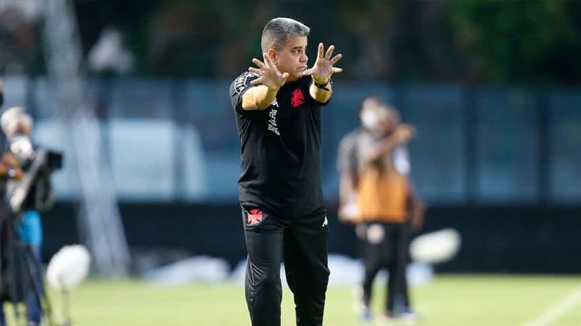 Marcelo Cabo orientando o time em sua estreia