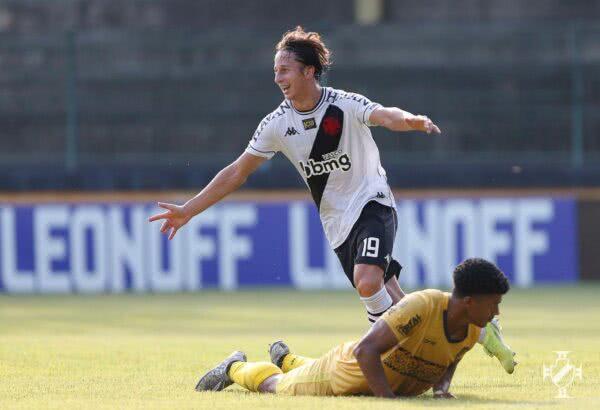 Matías Galarza comemorando gol contra o Madureira