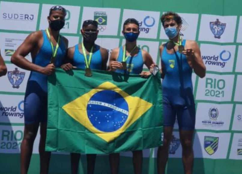 Atletas do Vasco recebem medalha de ouro no Sul-Americano de Remo