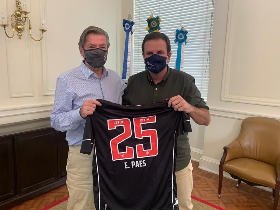 Salgado presenteia Eduardo Paes com camisa do Vasco