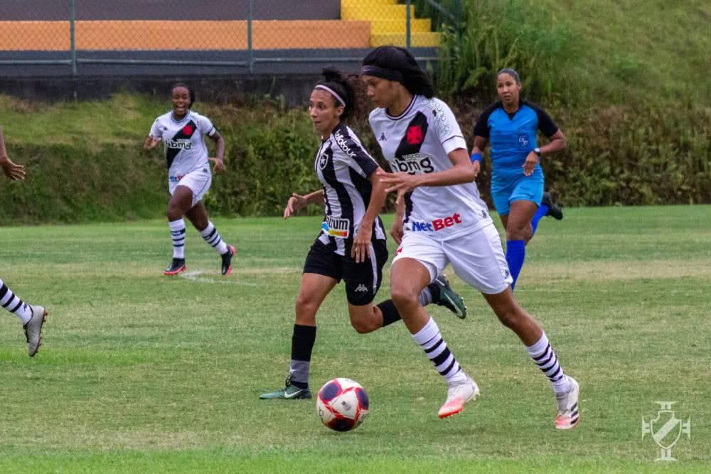 Meninas do Vasco em jogo contra o Botafogo