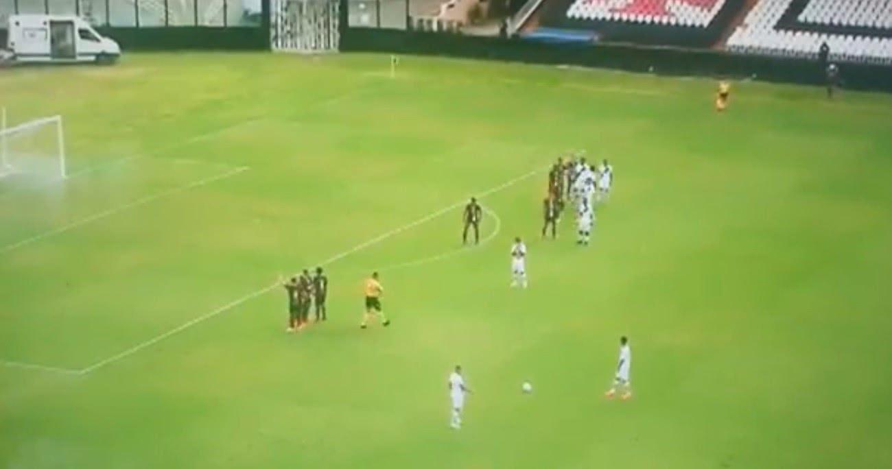 Cobrança de falta (mal) ensaiada do Vasco na Copa do Brasil Sub-20