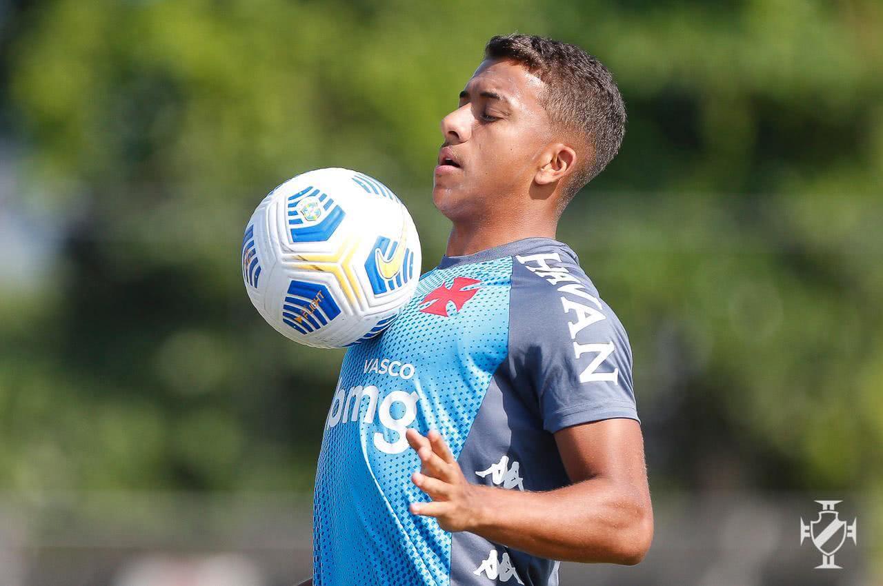 Vinícius durante treino do Vasco nesta terça-feira