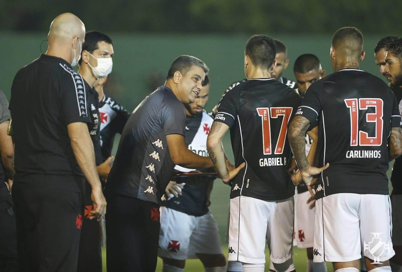 Marcelo Cabo orientando o time durante jogo contra o Boavista